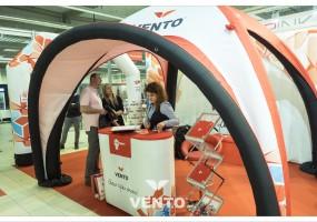 Eventstand mit Logos: Zelt und VENTO Werbeladentisch.