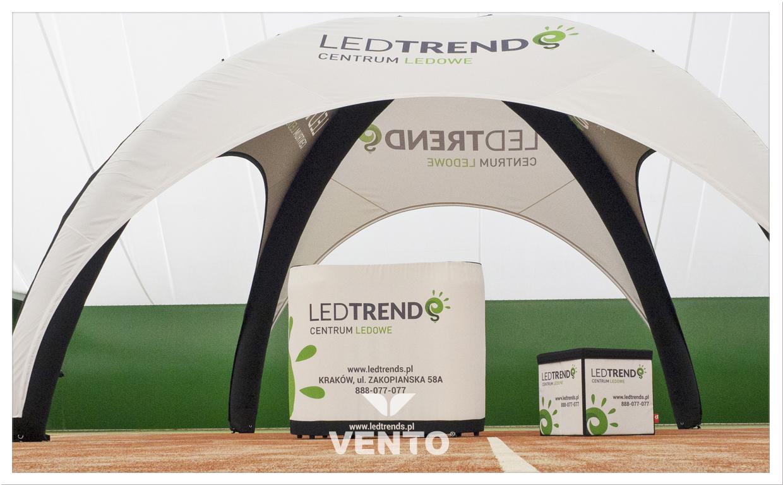 Ein Stand das aus einem modernem VENTO® Zelt, einem VENTO® Werbeladentisch und einem zusammenklappetem Werbewürfel.